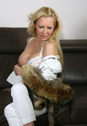 Horny Dutch mature vixen playing with herself