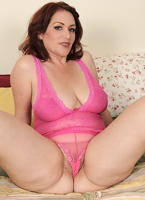 Free MILF Cameltoe Porn Pictures